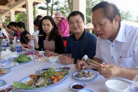 Bộ trưởng Trương Minh Tuấn mời các nhà báo ăn hải sản Quảng Bình