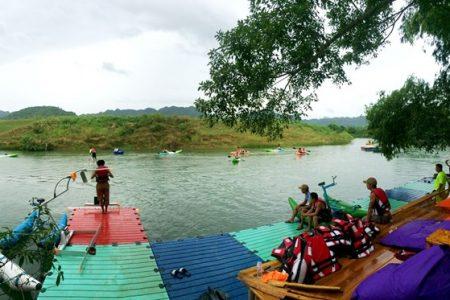 Nhảy 'chim nước' độc đáo trên sông Chày gần động Phong Nha