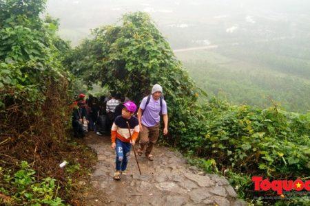 """Hàng ngàn du khách leo núi Thần Đinh, """"sốt"""" dịch vụ cho thuê gậy"""